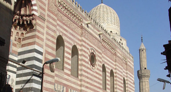 مسجد السيدة زينب: مكان شعبى وحالة أسطورية