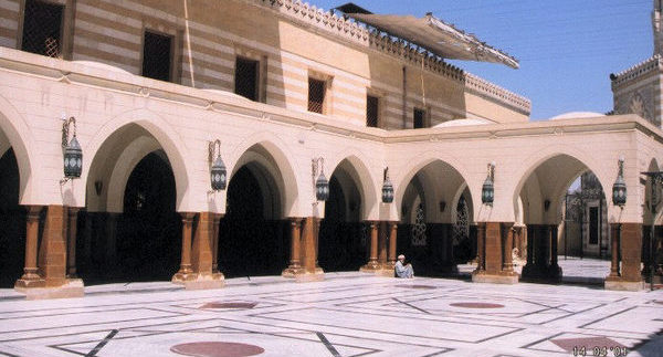 مسجد السيدة نفيسة: أم العواجز ونفيسة العلم