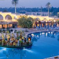 بيراميدز بارك ريزورت: حمام سباحة جيد على طريق مصر إسكندرية الصحراوي