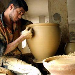 ورشة صناعة الفخار في مركز الحرف التقليدية