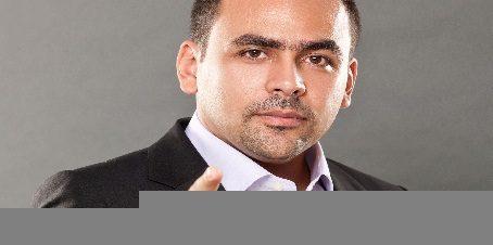 لقاء مع الإعلامي يوسف الحسيني بساقية الصاوي