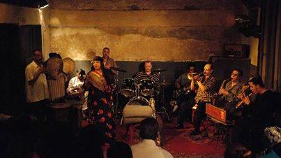موسيقى وأغانى مصرية في مكان
