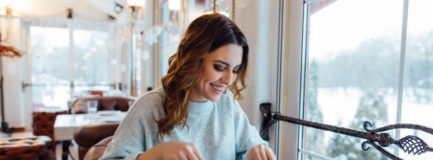 سواء في مطعم أو عزومة في بيت… دليلك لإتيكيت الجلوس على الأكل