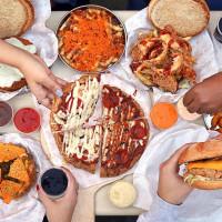 تشيكن فيلا: ساندويتشات فراخ بحجم مميز في فاميلى مول أكتوبر