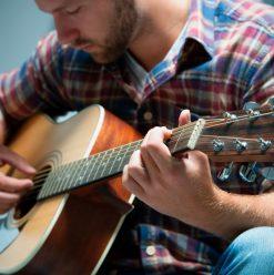 للمبتدئين... أهم النصائح اللي تساعدك تشتري جيتار جديد