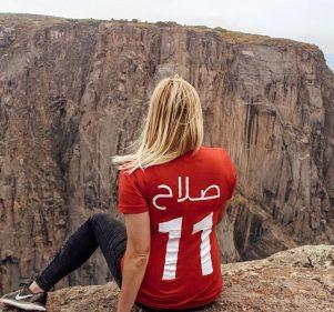"""بالصور: حكاية بنت أمريكية بتلف العالم بـ """"تي شيرت"""" محمد صلاح"""